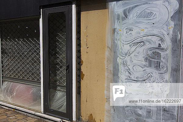 Geschlossenes Ladenlokal  Glas mit spanischem Weiß