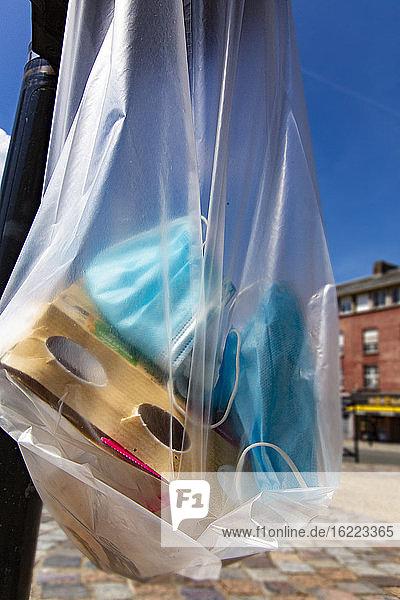 Chirurgische Masken in einem Mülleimer