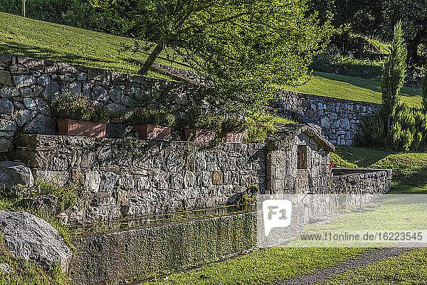 Spanien  Katalonien  Pyrenäen  Garrotxa comarca  Brunnen mit Tränke in Tortella