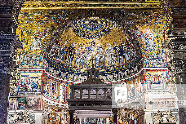 Italy  Rome  Trastevere district  Santa Maria in Trastevere church  frescoes of the apse (12th century  by the Dominiquin and Cavallini) to the glory of the Virgin