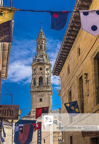 Spanien  Rioja  Mittelalterliche Tage von Briones (Festival von nationalem touristischem Interesse)  Glockenturm der Kirche Unserer Lieben Frau der Himmelfahrt (16. Jahrhundert) und Fahnen (Jakobsweg)
