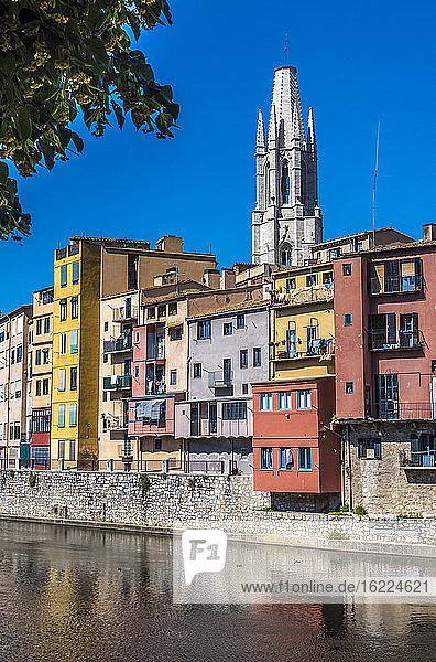 Spanien Katalonien  Girona  Fluss Onyar  bunte Fassaden der Altstadt und Glockenturm der Kirche St. Felix