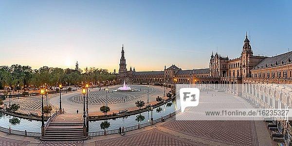 Ausblick über den Plaza de España bei Sonnenuntergang  Sevilla  Andalusien  Spanien  Europa