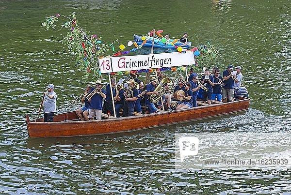 Nabada  Veranstaltung am Schwörmontag  Musiker  Menschen  Blasinstrumente  Boot  Wasserfahrzeug  Menschen auf der Donau  Ulm  Baden Württemberg  Deutschland  Europa