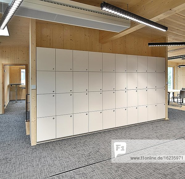 Holz im modernen Innenausbau  Schließfächer im Verwaltungsgebäude der Firma FOXiT  Fertigung ASE Wohnkultur  Tittmoning  Oberbayern  Bayern  Deutschland  Europa
