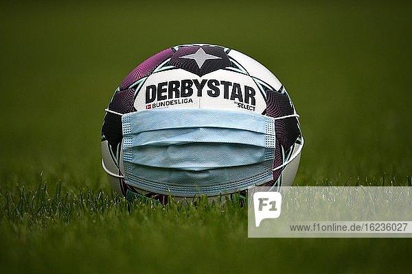Adidas Derbystar Brillant APS 20/21  Spielball der Bundesligasaison 2020/2021  Mundschutzmaske  Symbolbild Bundesliga in der Corona-Krise  Stuttgart  Baden-Württemberg  Deutschland  Europa