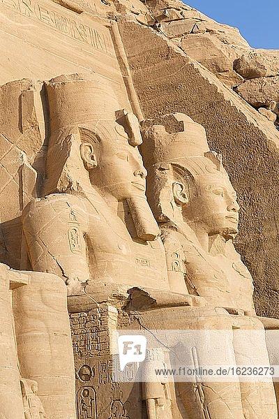 Kolossale Statuen am großen Tempel von Ramses II.  Abu Simbel  Ägypten  Afrika