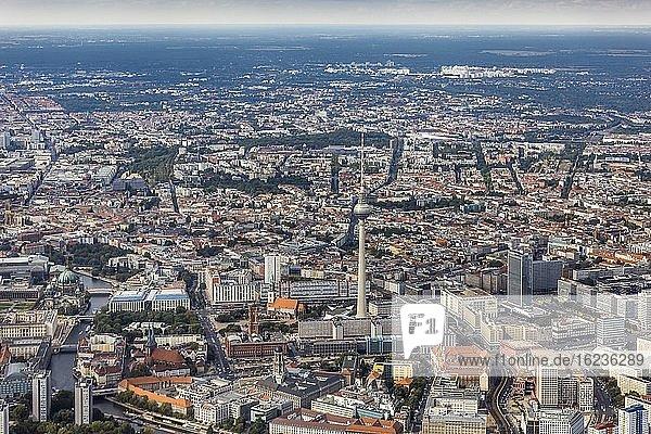 Luftaufnahme  Blick auf Mitte mit (von links) Berliner Dom  St. Marienkirche  Fernsehturm  Alexanderplatz  Berlin  Deutschland  Europa