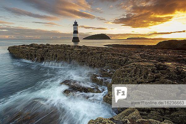 Leuchtturm Penmon Point  Anglesey  Nordwales  Vereinigtes Königreich  Europa