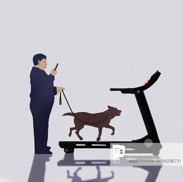 Übergewichtiger Mann steht still und benutzt eine Laufmaschine  um mit dem Hund Gassi zu gehen