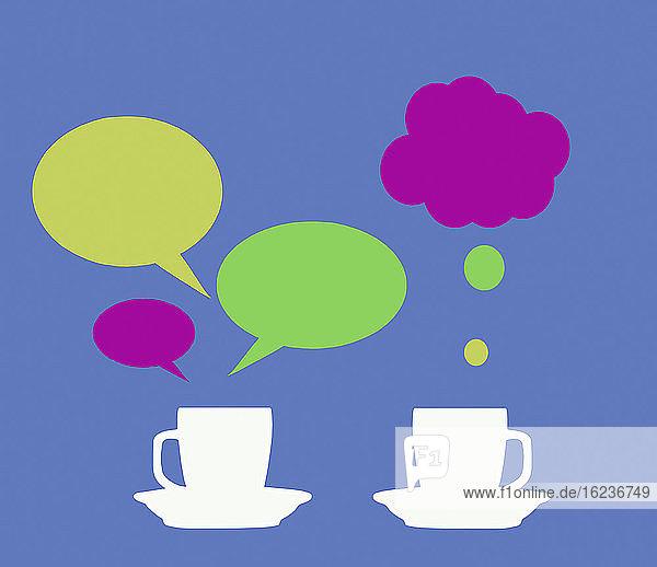 Sprech- und Gedankenblasen über Teetassen