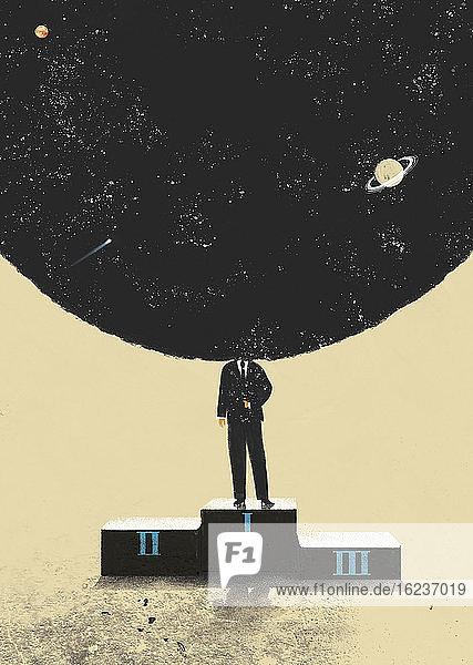 Geschäftsmann mit Kopf im Weltraum auf dem Siegertreppchen