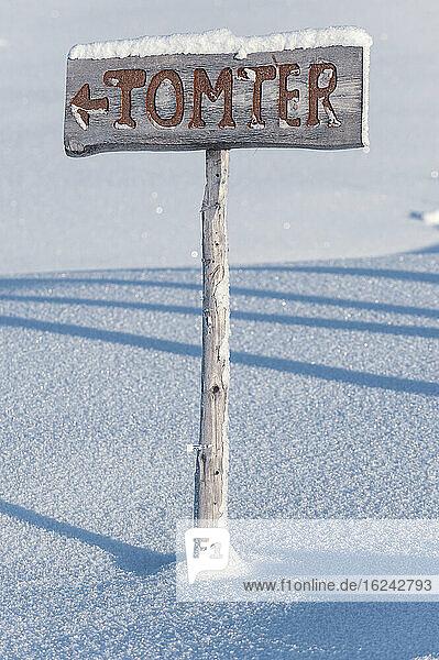 Holzschild im Winter