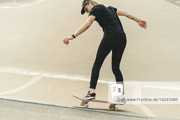Frau skateboarding