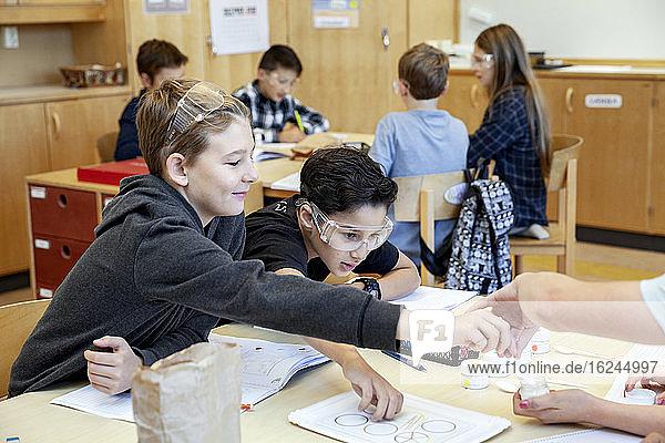 Jungen im Klassenzimmer