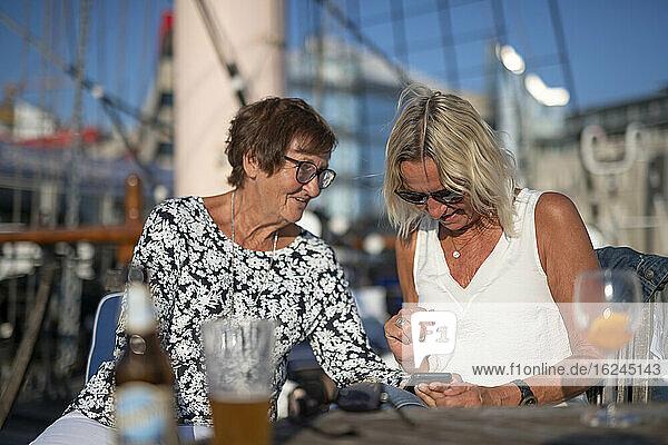 Freundinnen auf dem Boot