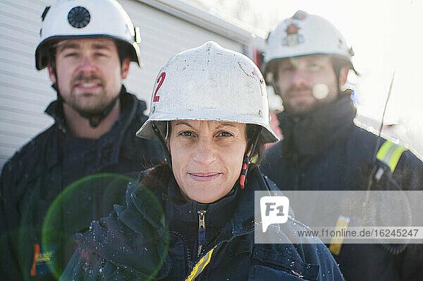 Feuerwehrleute schauen in die Kamera