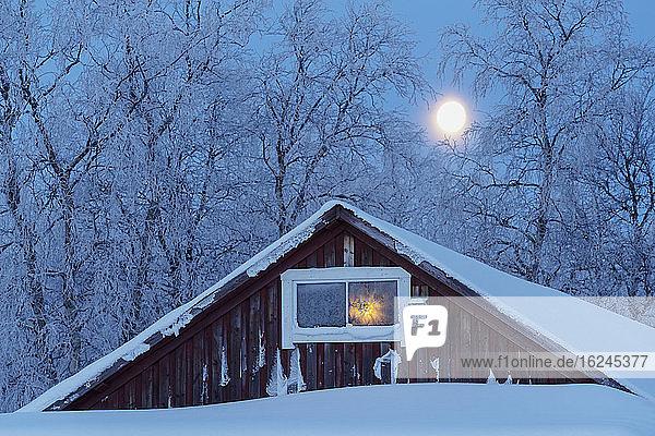 Holzhaus im Winter