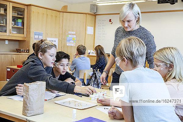 Schulkinder mit Lehrer im Klassenzimmer