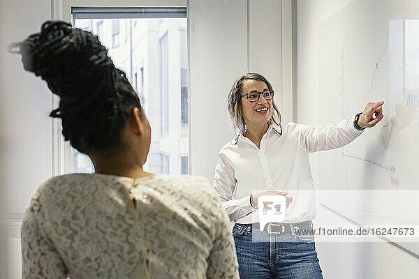 Frauen bei Geschäftstreffen