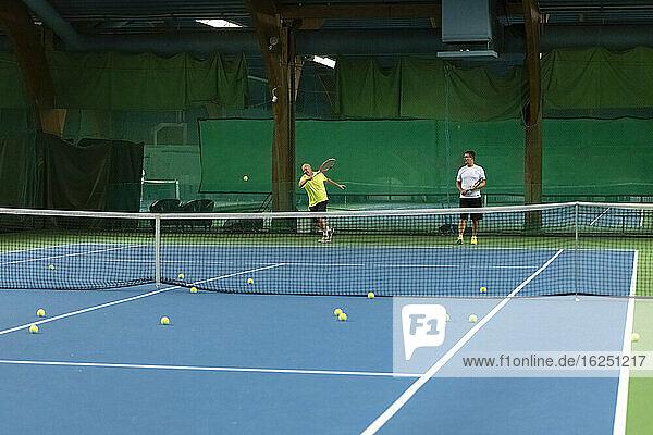 Männer spielen Tennis