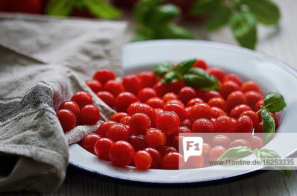 Nahaufnahme frischer  saftiger kleiner roter Tomaten