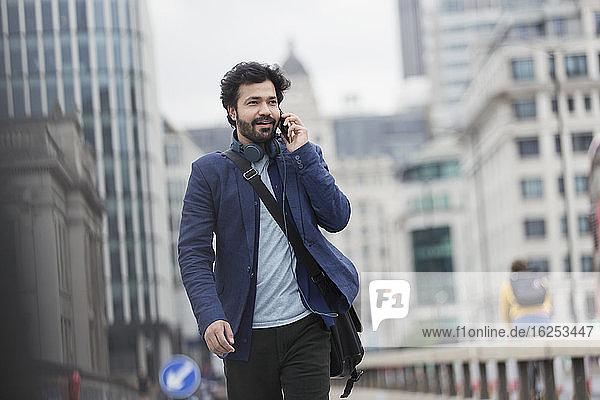 Geschäftsmann spricht am Smartphone in der Stadt