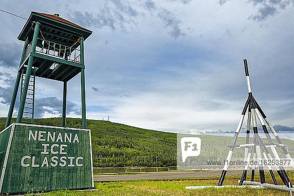 Ausstellung des Stativs Nenana Ice Classic für 2016 und des Turms am Tanana River  Innen-Alaska im Sommer; Nenana  Alaska  Vereinigte Staaten von Amerika