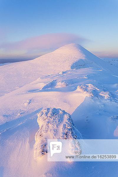 Schneeverwehungen  die sich bei Sonnenaufgang auf den Felsen entlang des Gipfels des Galty-Gebirges bilden; Grafschaft Tipperary  Irland