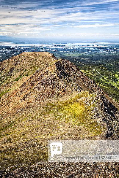 Flattop Mountains Peak 1  2 und 3  vom Flaketop Mountain aus gesehen  Cook Inlet und Anchorage im Hintergrund  Chugach State Park  Süd-Zentral-Alaska im Sommer; Anchorage  Alaska  Vereinigte Staaten von Amerika