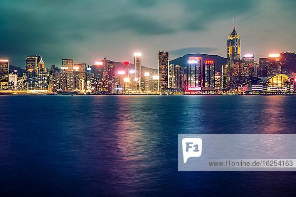 Langzeitbelichtung in der Dämmerung von Wolkenkratzern in Hongkong  aufgenommen von Tsim Tsa Tsui; Hongkong  Hong Kong Special Administrative Region (SAR)  Hongkong