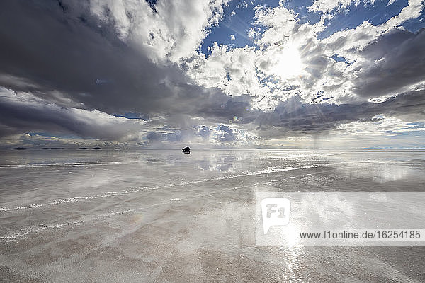 Reflexionen während der Regenzeit (Dezember-Februar) im Salar de Uyuni  der grössten Salzfläche der Welt; Abteilung Potosi  Bolivien