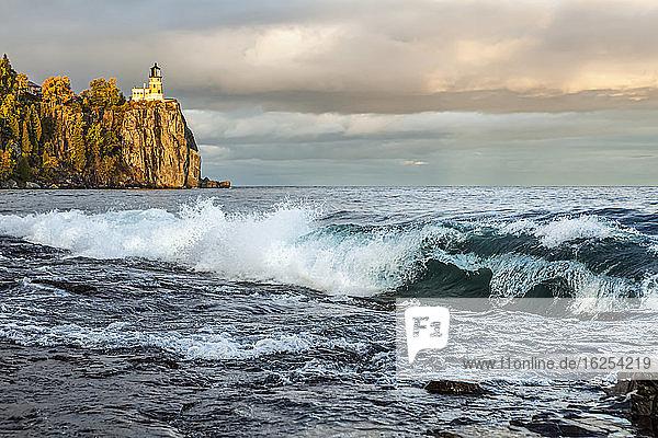 Split Rock-Leuchtturm mit großen Wellen auf dem Lake Superior; Minnesota  Vereinigte Staaten von Amerika