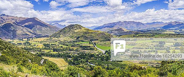 Aussichtspunkt an der Arrow Junction an der Crown Range Road zwischen Queenstown und Wanaka in Neuseeland an einem ziemlich dramatischen Sommertag; Southland  Südinsel  Neuseeland