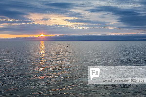 Sonnenuntergang über dem Wasser des Kotzebue-Sunds; Kotzebue  Alaska  Vereinigte Staaten von Amerika