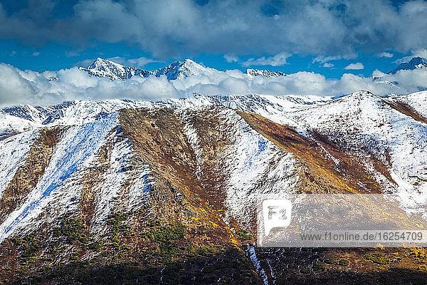 Herbstfarbene  mit Schnee bestäubte Chugach-Berge  im Hintergrund gezackte Gipfel. Chugach State Park  Süd-Zentral-Alaska im Herbst; Anchorage  Alaska  Vereinigte Staaten von Amerika