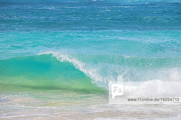 Plätschernde Wellen entlang der Küste des weißen Sandes; Oahu  Hawaii  Vereinigte Staaten von Amerika