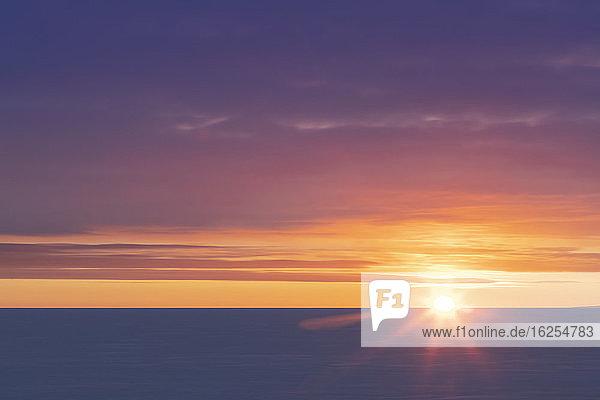 Winterlicher Sonnenuntergang/Sonnenaufgang über dem eisbedeckten Kotzebue Sound  Kotzebue  Alaska im Winter; Kotzebue  Alaska  Vereinigte Staaten von Amerika