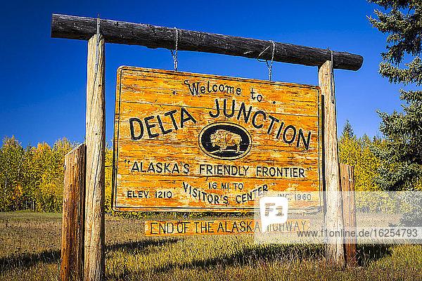 Willkommenszeichen von Delta Junction  Inner-Alaska im Herbst; Delta Junction  Alaska  Vereinigte Staaten von Amerika