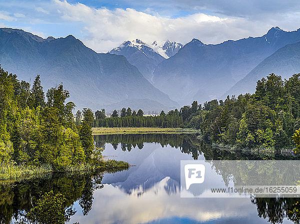 Lake Matheson ist ein kleiner See in Südwestland  Neuseeland  in der Nähe der Gemeinde Fox Glacier. Er ist berühmt für seine spiegelnden Ansichten von Aoraki/Mount Cook und Mount Tasman; Südwestland  Südinsel  Neuseeland