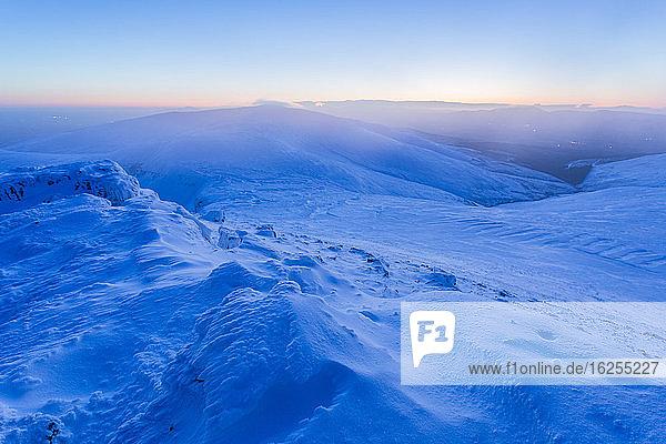 Schneeverwehungsformationen auf dem Gipfel des Galty-Gebirges  die in der Morgendämmerung mit Schnee bedeckt sind; Grafschaft Tipperary  Irland