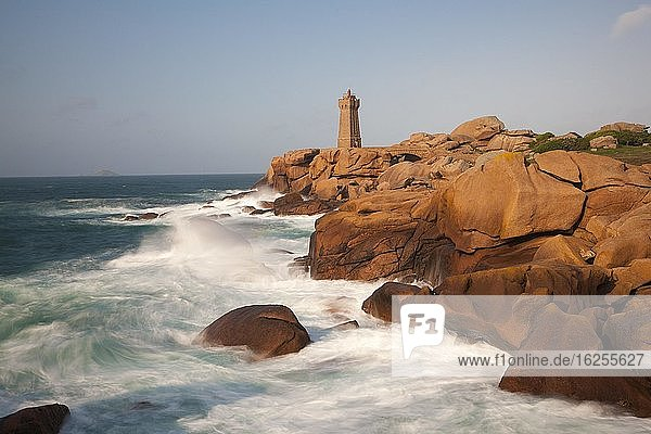 Leuchtturm auf roten Granitfelsen und rauer See  Phare de Ploumanac?h  Saint Guirec  Bretagne  Frankreich  Europa