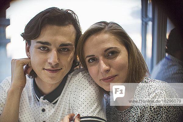 Porträt selbstbewusstes junges Paar