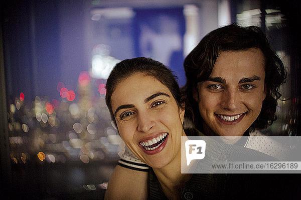 Porträt glückliches junges Paar am Fenster