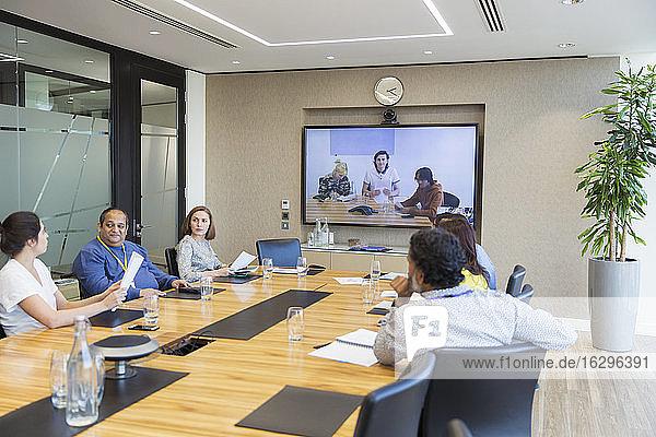 Videokonferenzen für Geschäftsleute im Konferenzraum