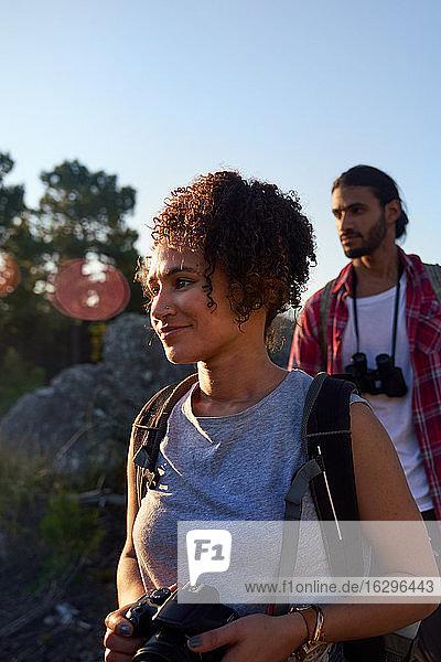 Junges Paar beim Wandern mit Kamera