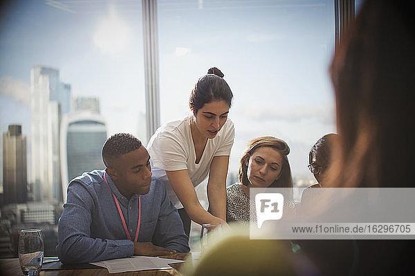 Geschäftsleute  die in Konferenzraumbesprechung sprechen