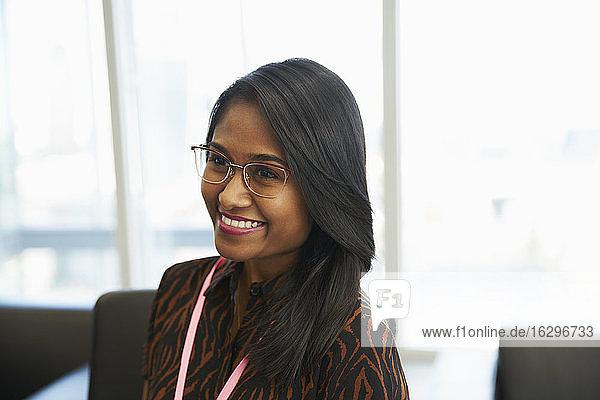Lächelnde Geschäftsfrau im Amt