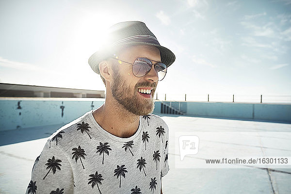 Lächelnder junger Mann im Freien