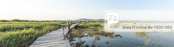 Kroatien  Dalmatien  Holzsteg in Vransko jezero
